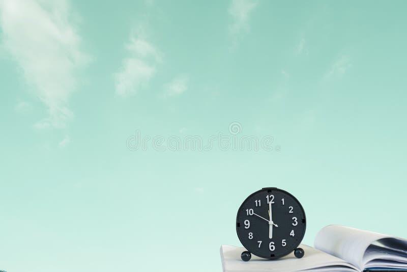 Reloj en fondo borroso cielo Imagen del concepto de la imaginación de la libertad del éxito de la metáfora imagen de archivo libre de regalías
