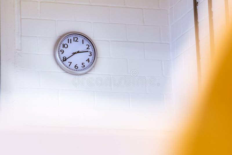 Reloj en la conferencia Hall Exam Taking Time Pressure Whi que hace tictac de la pared imagenes de archivo
