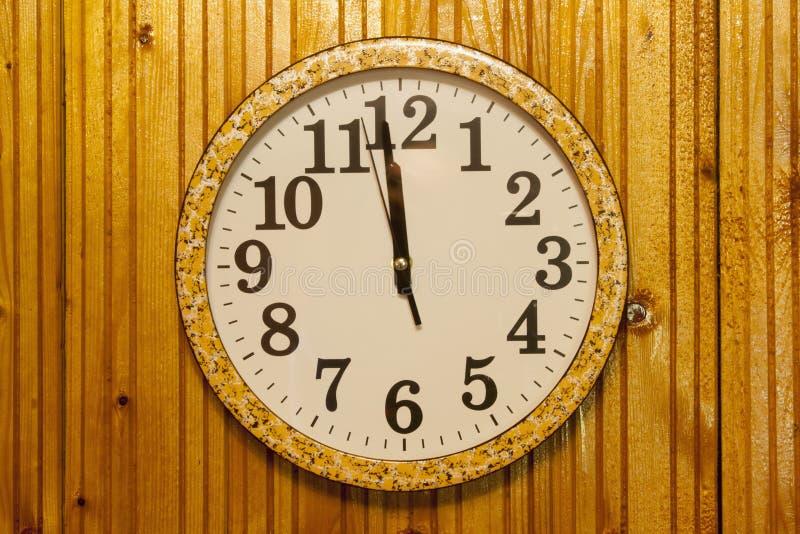 Reloj en la pared de madera fotos de archivo