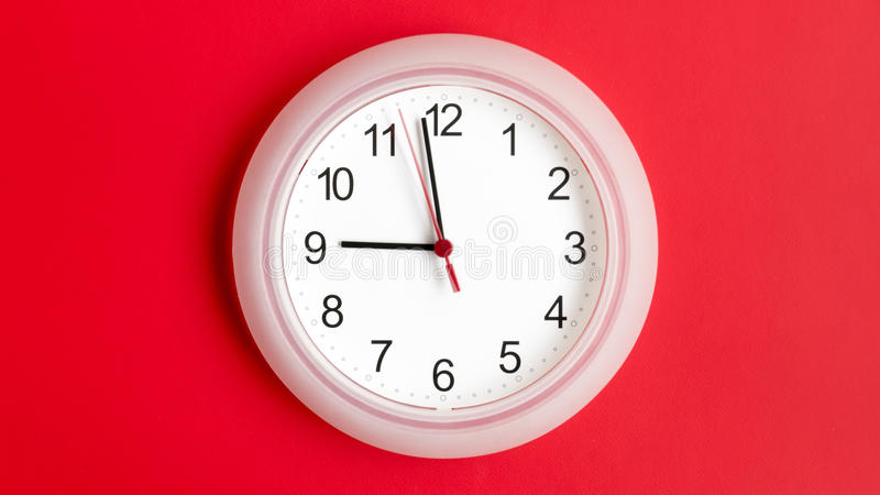 Reloj en la pared que muestra nueve horas imágenes de archivo libres de regalías