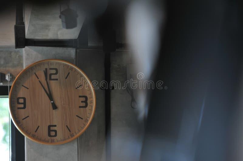 Reloj en la pared en restaurante foto de archivo libre de regalías