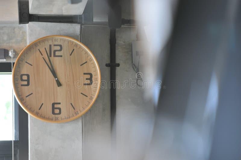 Reloj en la pared en restaurante foto de archivo