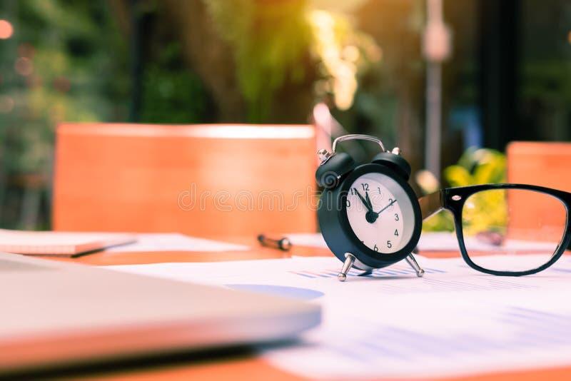 Reloj en sitio de la oficina del escritorio imagen de archivo libre de regalías