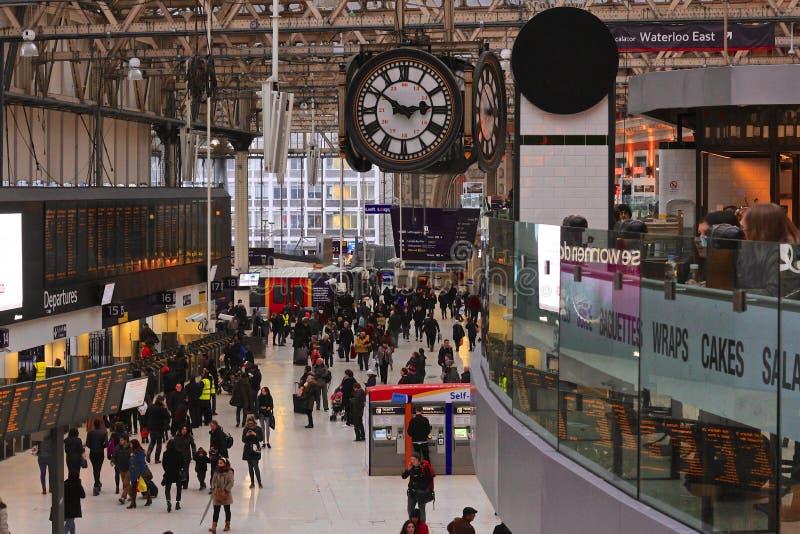 Reloj en un ferrocarril ocupado en Londres fotos de archivo