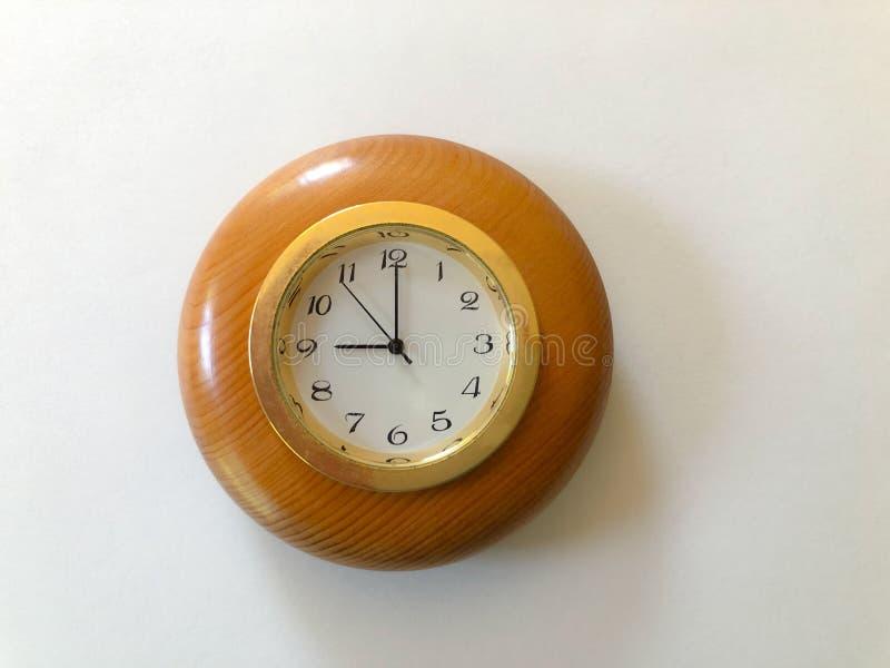 Reloj en un Fram de madera, 9 a 5, fotos de archivo