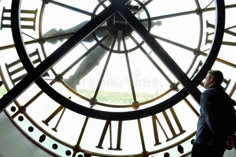 Reloj enorme con un hombre fotografía de archivo libre de regalías