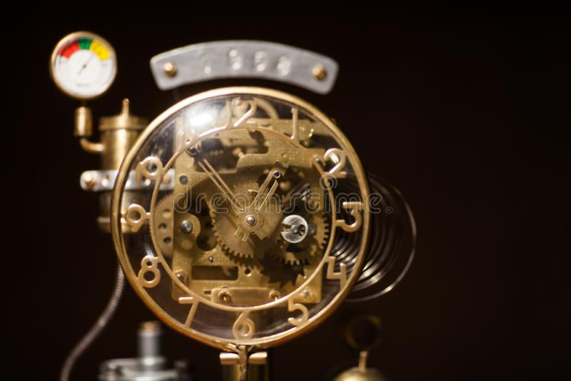 Reloj estilizado del metal del steampunk Reloj mecánico del concepto del vintage fotografía de archivo