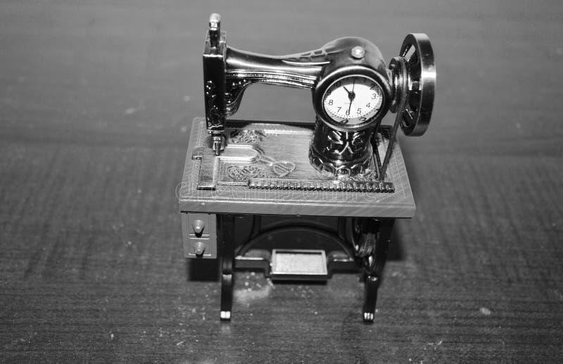 Reloj formado de la máquina de coser fotografía de archivo