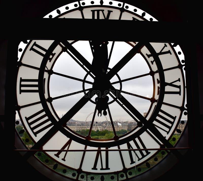 Reloj grande de la ventana en el museo Musee d Orsay de Orsay con la opinión del jardín de Tuileries y de rueda grande París, Fra fotos de archivo