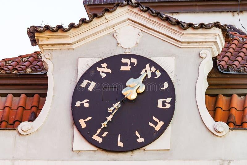 Reloj hebreo en ayuntamiento viejo imagen de archivo libre de regalías