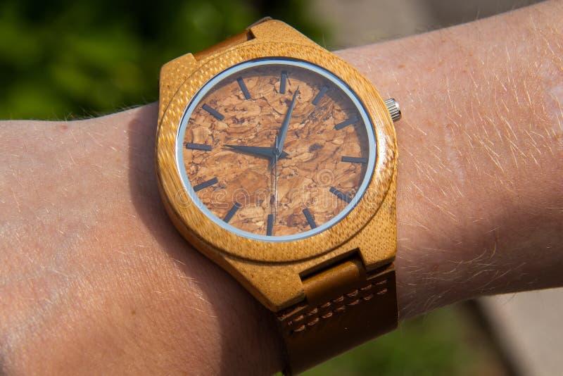 Reloj hecho a mano hecho de bambú fotos de archivo libres de regalías