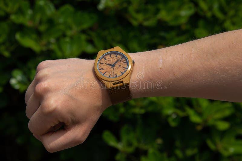 Reloj hecho a mano hecho de bambú foto de archivo