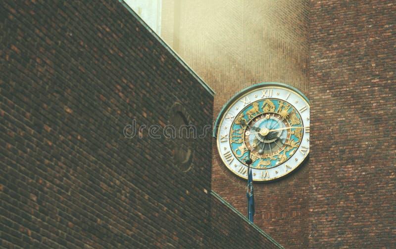 Reloj hermoso del zodiaco en una pared de ladrillo de un edificio en Oslo imagen de archivo