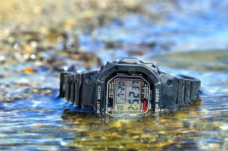 Reloj impermeable electrónico, sumergido en la corriente del agua fotos de archivo libres de regalías