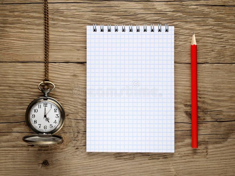 Reloj, lápiz y cuaderno imágenes de archivo libres de regalías