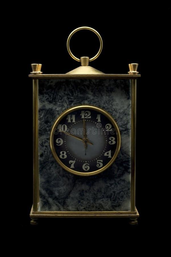 Reloj masivo del escritorio del vintage en un fondo negro fotos de archivo libres de regalías