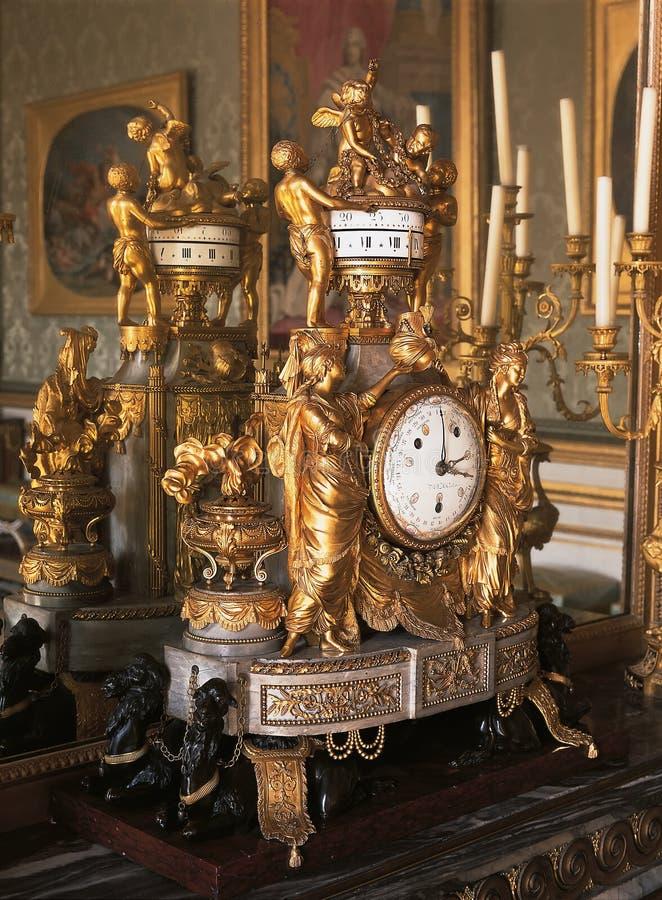 Reloj mecánico en el palacio de Versalles imagenes de archivo