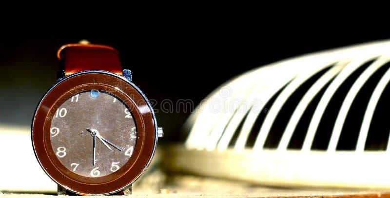 Reloj que brilla en luz del sol fotos de archivo