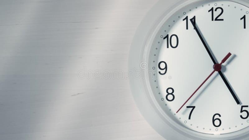 Download Reloj Que Hace Tictac Mostrando Cinco Horas Imagen de archivo - Imagen de hora, negocios: 100534545
