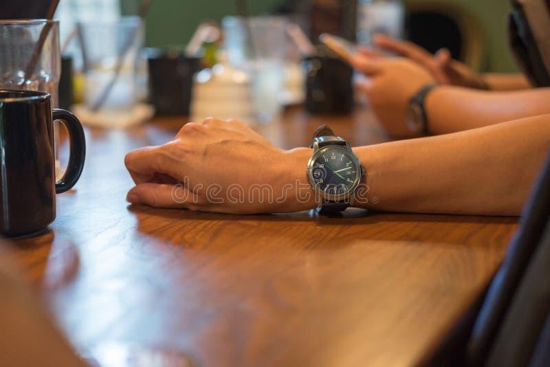 reloj que lleva del hombre de negocios en su brazo mientras que permanece en mee imágenes de archivo libres de regalías