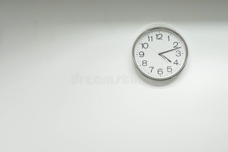 Reloj redondo aislado en la pared de la oficina foto de archivo libre de regalías