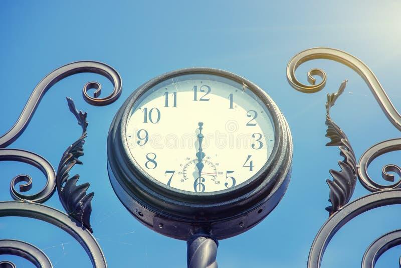 Reloj retro de la calle vieja imágenes de archivo libres de regalías