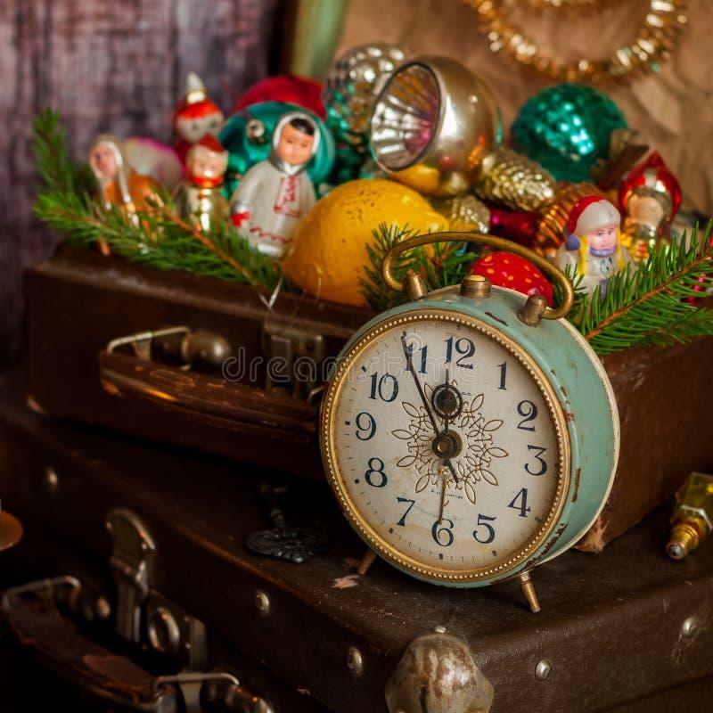 Reloj retro, maletas, decoraciones del árbol de navidad fotografía de archivo