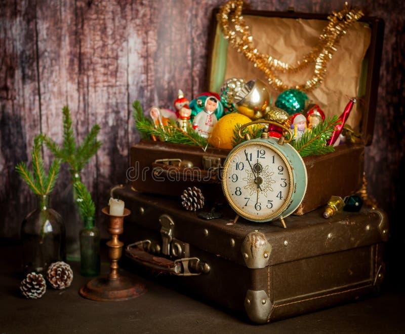 Reloj retro, maletas, decoraciones del árbol de navidad imagenes de archivo