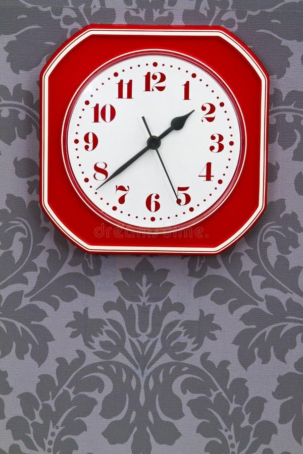 Reloj rojo de la cocina de la vendimia fotos de archivo