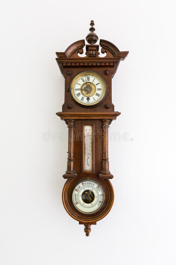 Reloj viejo del vintage con el barómetro aislado en la pared blanca imágenes de archivo libres de regalías