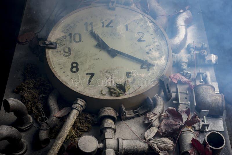Reloj viejo en la tabla foto de archivo