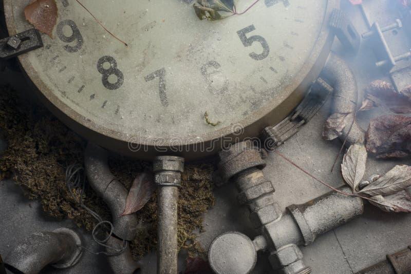 Reloj viejo en la tabla fotos de archivo libres de regalías