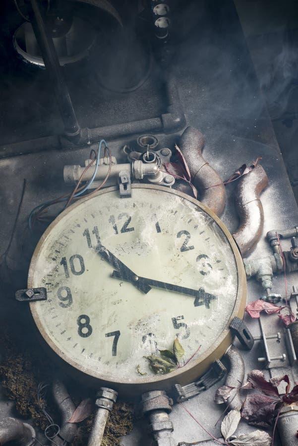 Reloj viejo en la tabla fotos de archivo