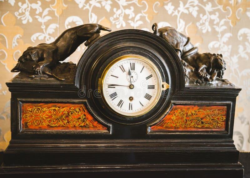 Reloj viejo que muestra 8 horas foto de archivo