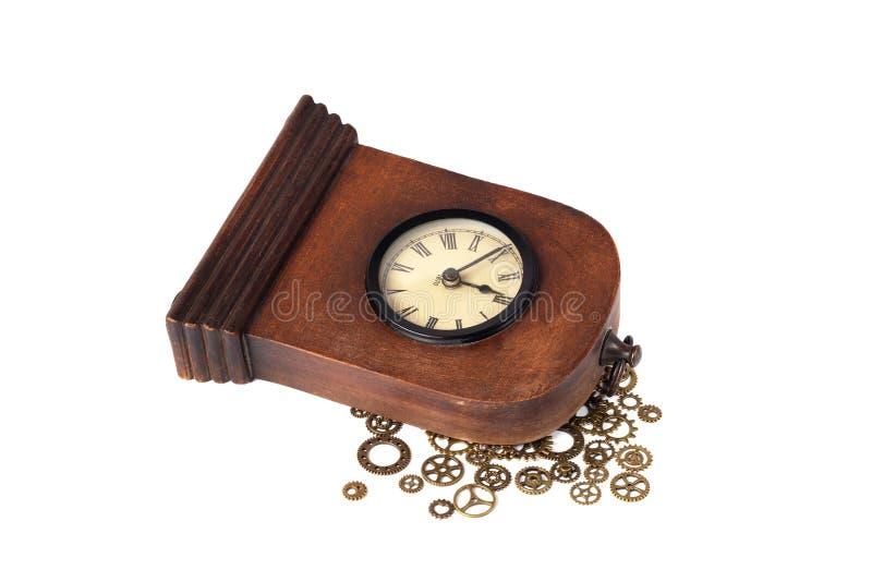 Reloj viejo quebrado en el fondo blanco Engranajes del reloj imágenes de archivo libres de regalías