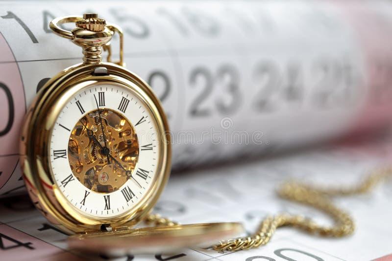 Reloj y calendario de bolsillo del oro fotografía de archivo libre de regalías