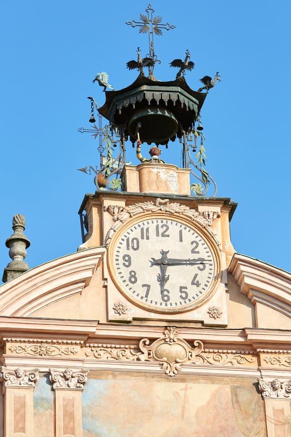 Reloj y campanario de la iglesia de Mondovi, de San Pedro y de Paul con el autómata en un día soleado en Italia imagen de archivo libre de regalías