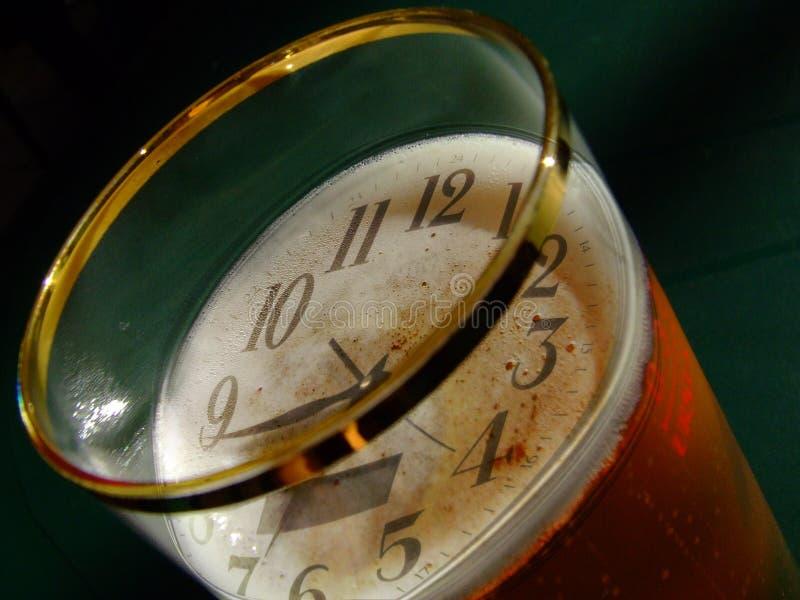 Reloj y cerveza foto de archivo libre de regalías