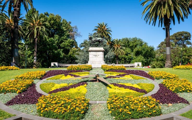 Reloj y estatua florales de Edward VII en la reina Victoria Gardens en Melbourne Vic Australia fotos de archivo