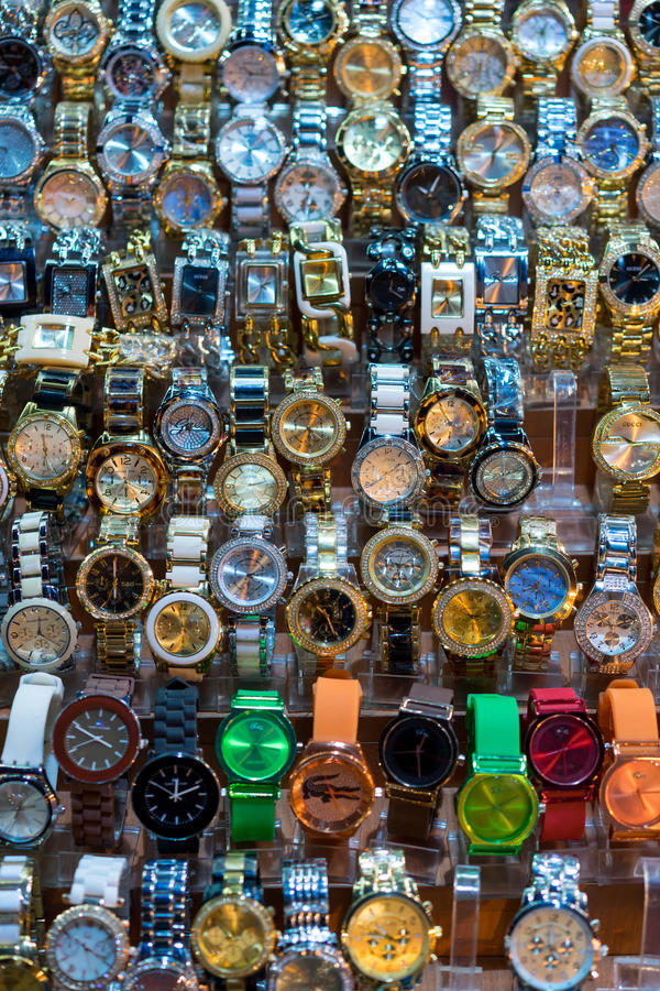 Relojes baratos en bazar magnífico foto de archivo libre de regalías