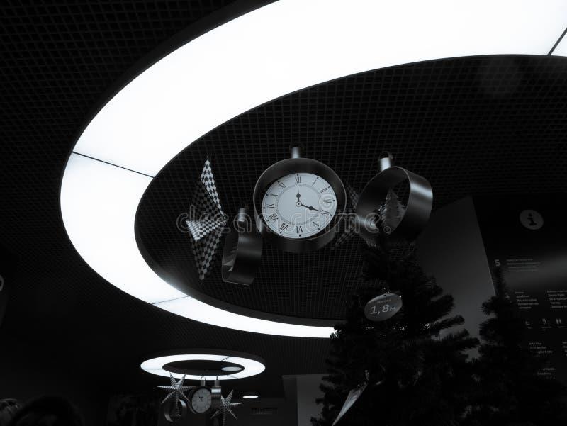Relojes de la Navidad en el círculo ligero fotografía de archivo
