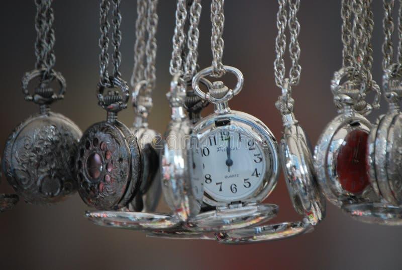 Relojes de la plata en el mercado del ` s de Nothinghill foto de archivo