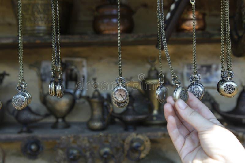 Relojes de las antigüedades en un mercado de pulgas imágenes de archivo libres de regalías
