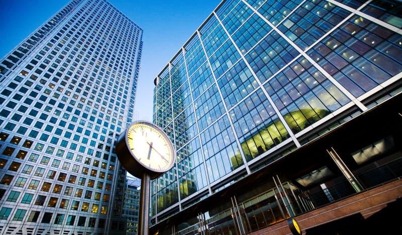Relojes en el distrito de una ciudad financiero fotos de archivo