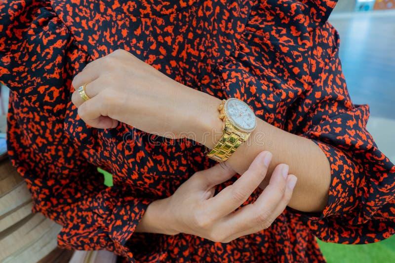 Relojes en la mano del `s de las mujeres foto de archivo