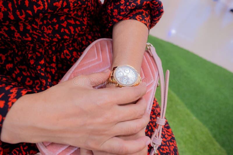 Relojes en la mano del `s de las mujeres fotografía de archivo