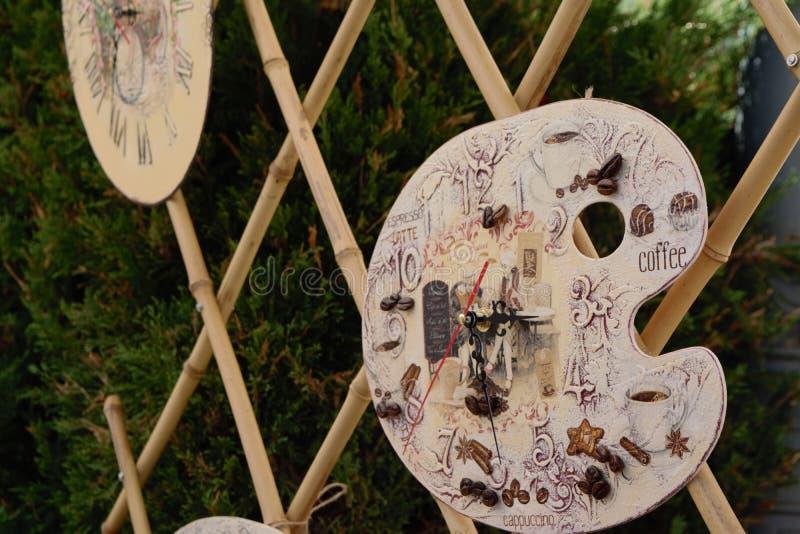 Relojes hechos a mano en diversas formas en el mercado imagen de archivo