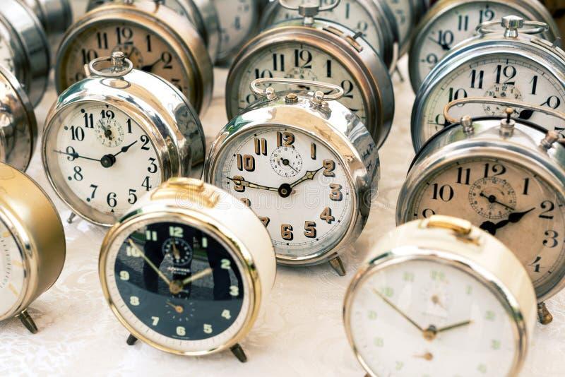 Relojes viejos en el mercado de pulgas fotos de archivo