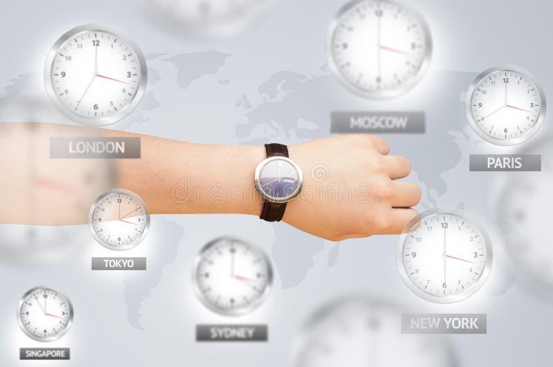 Relojes y zonas horarias sobre el concepto del mundo fotografía de archivo