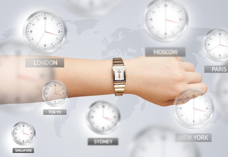 Relojes y zonas horarias sobre el mundo imágenes de archivo libres de regalías